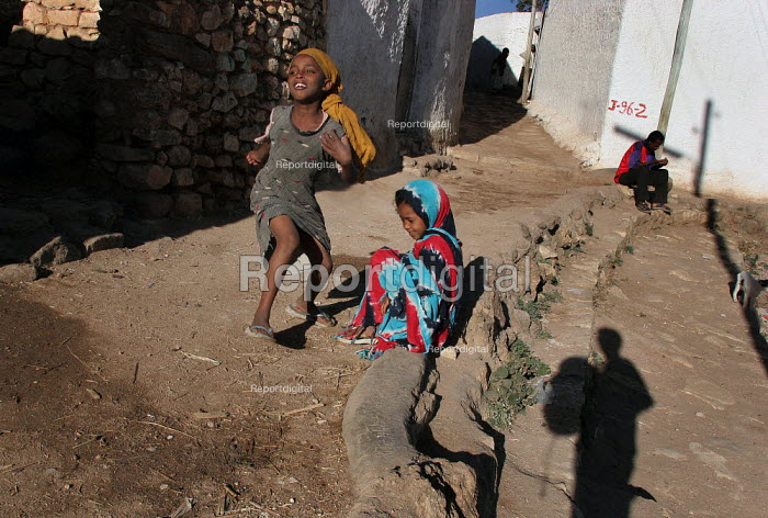 Children play in the streets of city of Harar, Ethiopia - Boris Heger - 2006-02-04