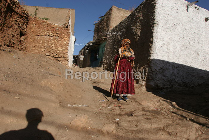 An odl lady walks in the streets of the city of Harar, Ethiopia - Boris Heger - 2006-02-05
