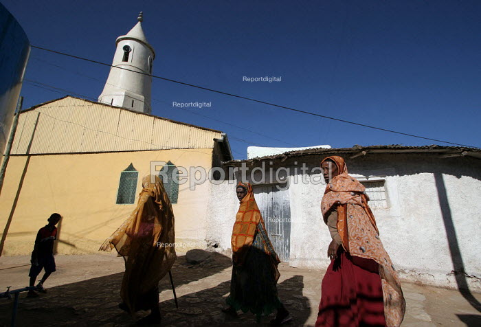A woman past in front of a mosque in the city of Harar, Ethiopia - Boris Heger - 2006-02-06