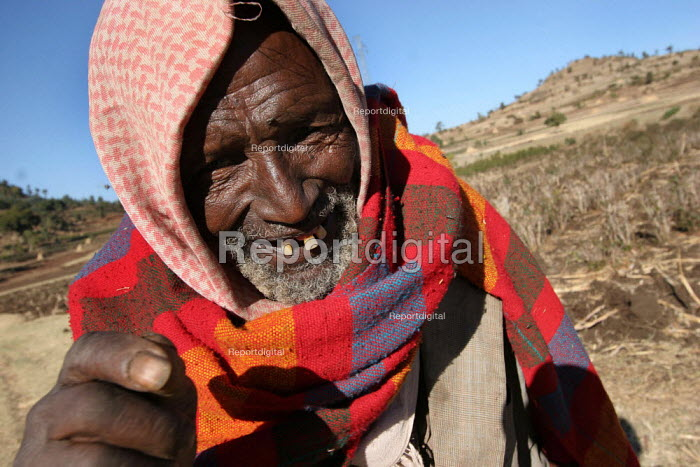 An old blind man goes to his field on the outskirts of the city of Harar, Ethiopia, February 2006. - Boris Heger - 2006-02-07