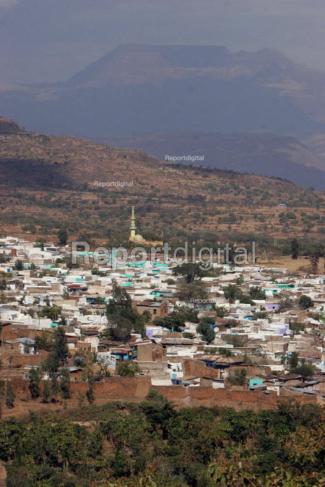 The city of Harar lies in the middle of the last mountains before the flat somali part of Ethiopia, February 2006. - Boris Heger - 2006-02-02