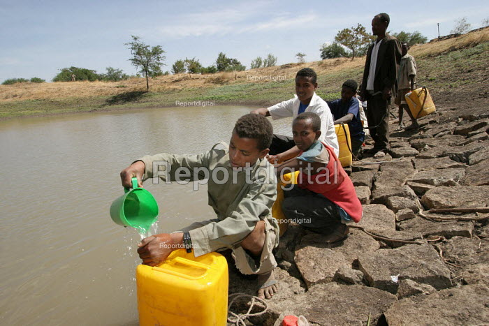 Villagers at a water point constructed by themselves to fight against drought, near Nazret, Ethiopia, on Sunday, February 12, 2006. - Boris Heger - 2006-02-12