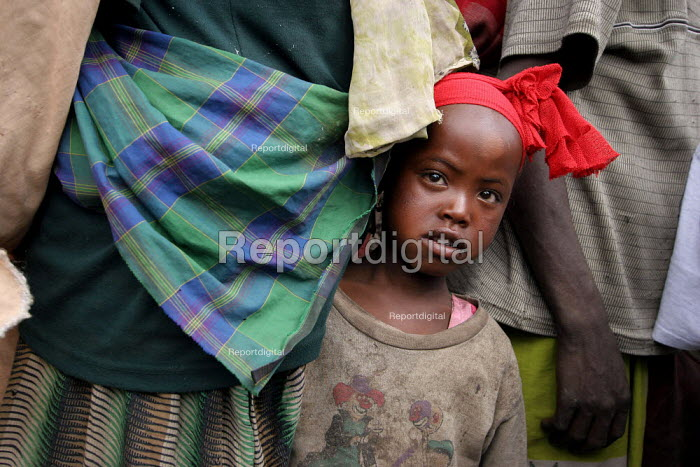 A girl stands by her mother, near Dire Dawa, Ethiopia, October 2005. - Boris Heger - 2005-10-27
