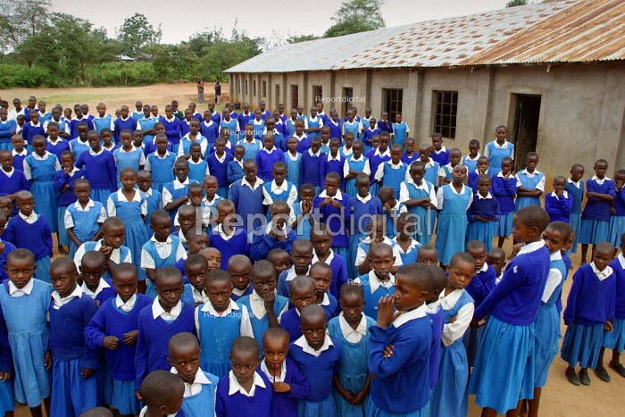 Pupils line up ahead of the start of the lessons, Kajiado school, Machakos rural area, Kenya, May 2004. - Boris Heger - 2004-05-11