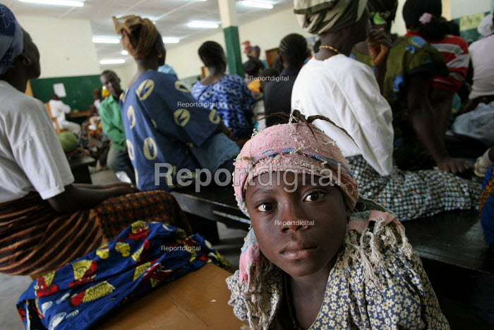 People recently returned from refugee camps in Guinea wait for their turn at ICRC supported primary health care facilities, near the border with Guinea, Lofa County, Liberia, February 2006. - Boris Heger - 2006-02-21