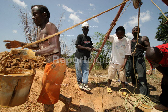Constructing a well in Foya. There is a shortage of safe water and sanitation facilities in rural Liberia. This creates health risks that result in an increased rate of preventable diseases. To combat this problem, the ICRC is constructing and rehabilitating wells, near Kolahun, near the border with Guinea, Lofa County, Liberia, February 2006. - Boris Heger - 2006-02-22