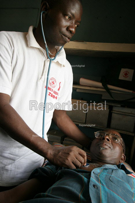A doctor from the Nigerian Red Cross checks an AIDS affected patient in Kaduna, Nigeria 2006. - Boris Heger - 2006-03-06