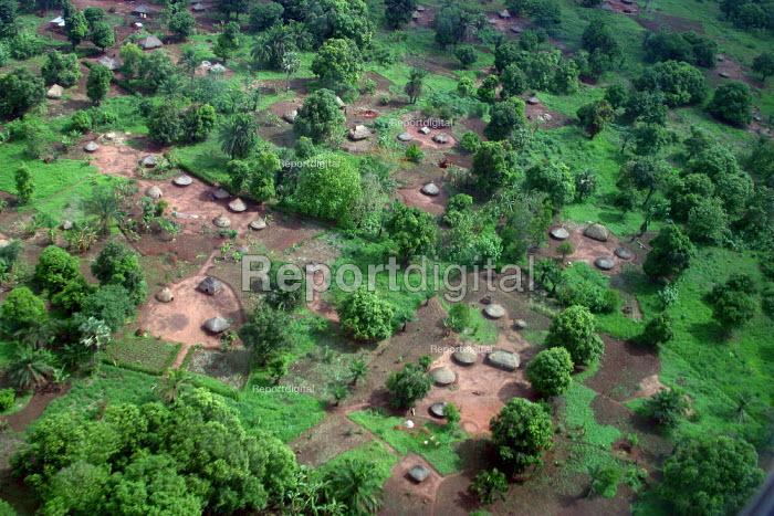 Aerial view of the village of Padak, South Sudan, April 2004. - Boris Heger - 2004-04-29