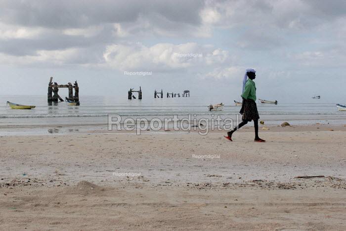 Old man walking on the beach, Haafun, Somalia, January 2005. - Boris Heger - 2005-01-20