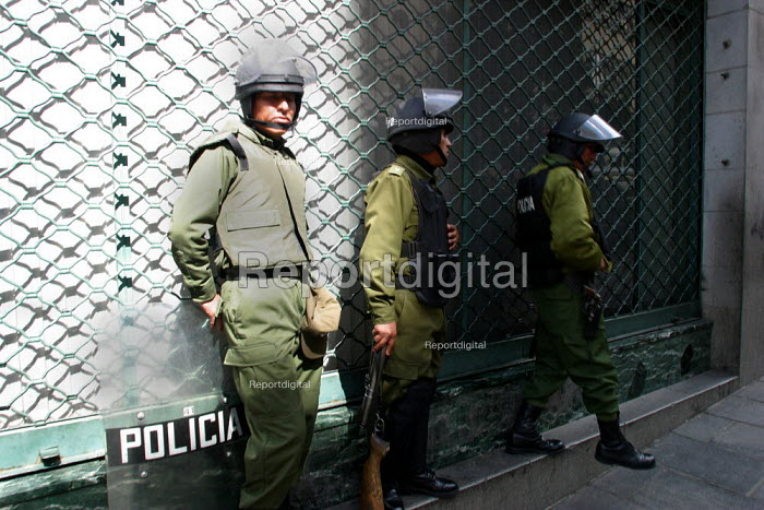Policemen stand guard in front of the National Mining Corporation, ahead of possible riots about nationalisation of the industry, La Paz, Bolivia, August 2004 - Boris Heger - 2006-08-29
