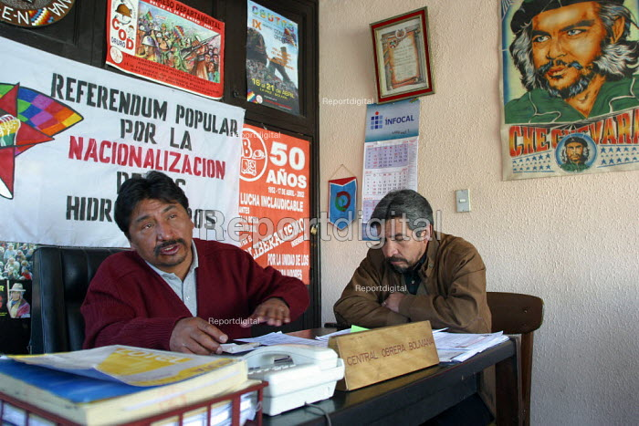 "Syndicalists at work in the main office of the leftist movement ""Central Obrera de Bolivia"", La Paz, Bolivia, August 2004 - Boris Heger - 2006-08-29"