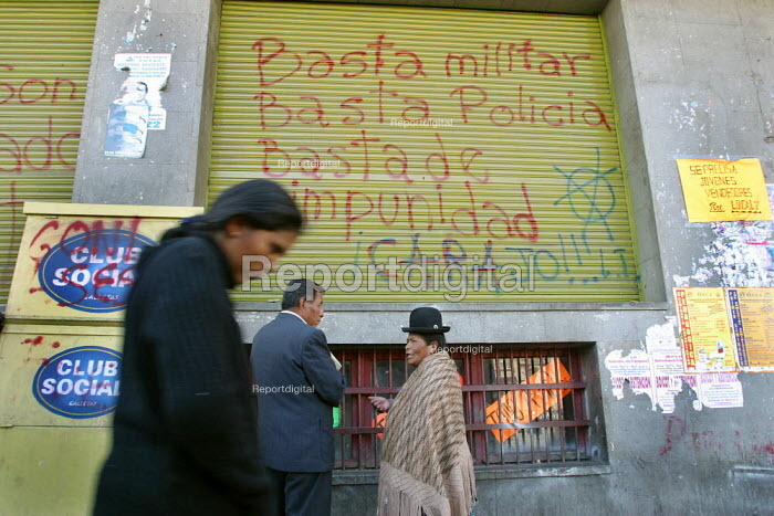 Indigenous and local people passing by graffiti reading military enough, police enough, impunity enough, La Paz, Bolivia, August 2004 - Boris Heger - 2006-08-29
