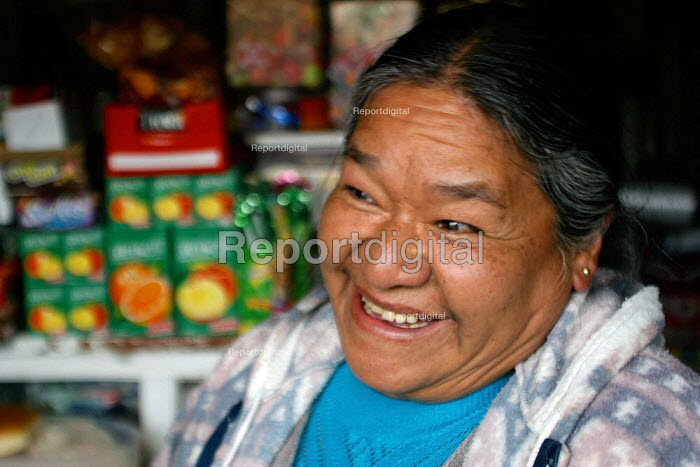 A woman sells groceries in her small shop, La Paz, Bolivia, August 2004 - Boris Heger - 2006-08-29