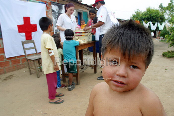 """Children are being vaccinated by a Bolivian Red Cross volunteer in a slum nicknamed """"Vietnam"""" by locals in reference to its poor infrastructure, Santa Cruz, Bolivia, August 2004 - Boris Heger - 2006-08-29"""