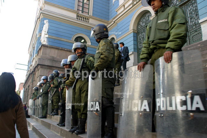 Policemen stand guard in front of a bank ahead of possible riots about nationalisation of gas industry, La Paz, Bolivia, August 2004 - Boris Heger - 2006-08-29