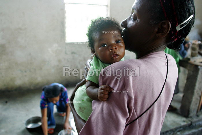 Mother and baby in a displaced people accommodation center, in Quibdo, Choco region, Colombia, February 2004. There are an estimated 3 million people displaced by conflict between guerrilla groups. - Boris Heger - 2006-08-20