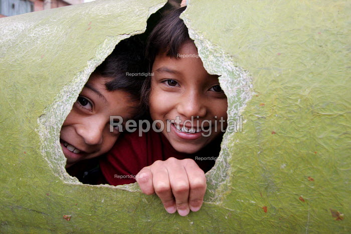 Displaced children play in a transit centre run by the womens organisation Yo Mujer in Los Altos de Cazuca, one of the worst slums in Bogota, Colombia, January 2006. There are an estimated 3 million people displaced by conflict with guerrilla groups. - Boris Heger - 2006-08-30