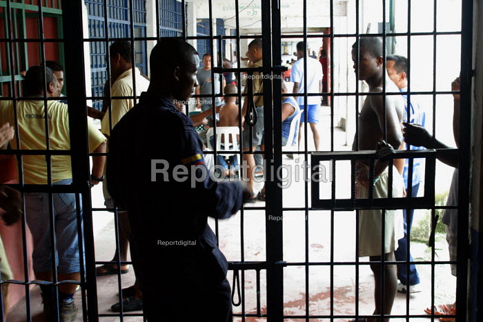Guards and detainees at the central jail, Quibdo, Colombia, August 2004. - Boris Heger - 2006-08-30