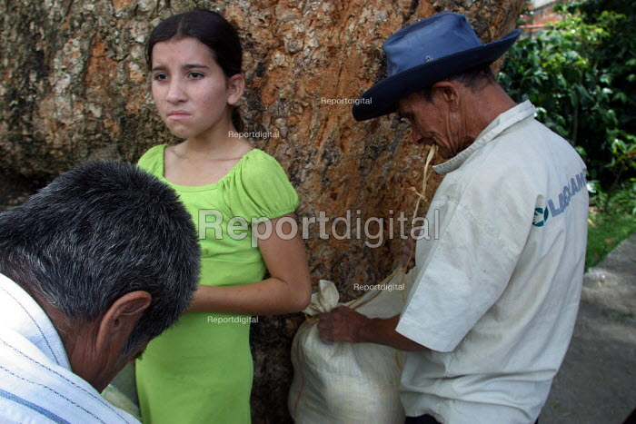 People displaced by conflict with guerilla groups receive assistance from the Red Cross, Cocorna, region of Medellin, Antioquia, Colombia, August 2004. - Boris Heger - 2006-08-30