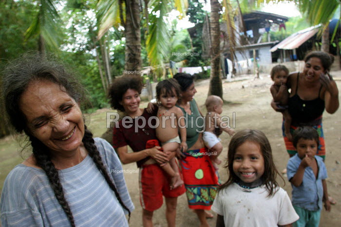 Internally displaced by FARC guerillas, an Embera indigenous family who used to live right on the border with Colombia, near Yaviza, Darien region, Panama, living in dire conditions in Arrevachi village, on the Rio Chico. This region is very remote. - Boris Heger - 2006-08-30