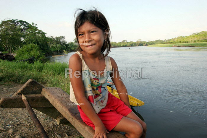 A Colombian refugee girl next to the Rio Tuira, El Real, Darien region, Panama, January 2006. This region is very remote. - Boris Heger - 2006-08-30