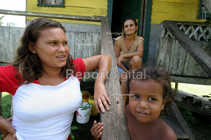 A colombian refugee mother and boy in front of their house in Yape, Darien region, Panama, January 2006. This region is very remote. - Boris Heger - 2006-08-30