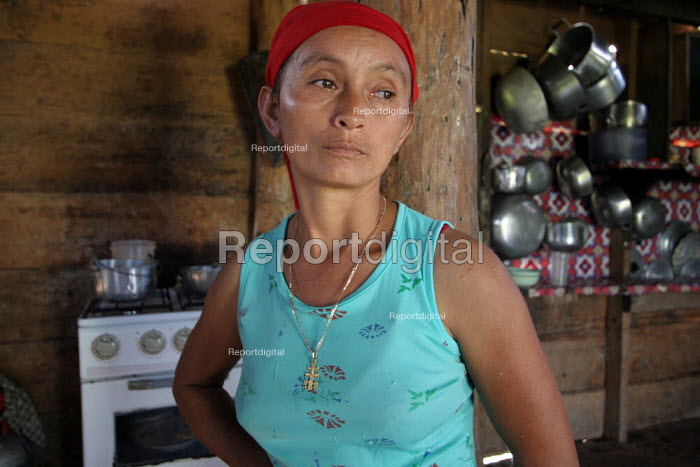 A colombian refugee woman in her house, Yape, Darien region, Panama, January 2006. This region is very remote. - Boris Heger - 2006-08-30