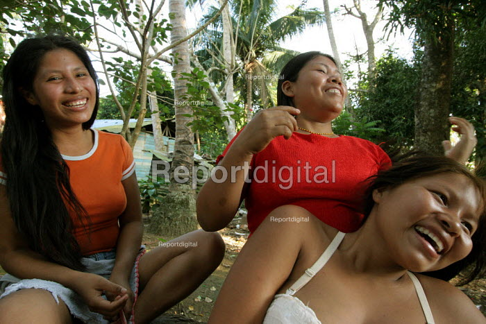 Colombian refugees displaced by the civil war in their country doing their hair, Boca de Cupe, Darien region, Panama, January 2006. This region is very remote. - Boris Heger - 2006-08-30