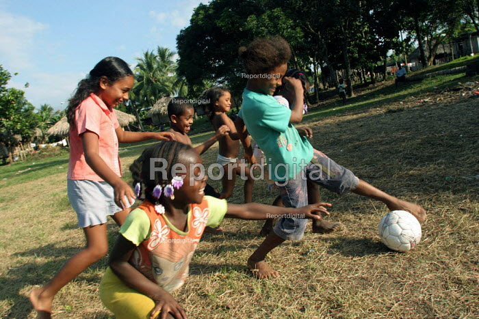 Colombian refugees displaced by the civil war in their country play football with local children, Boca de Cupe, Darien region, Panama, January 2006. This region is very remote. - Boris Heger - 2006-08-30