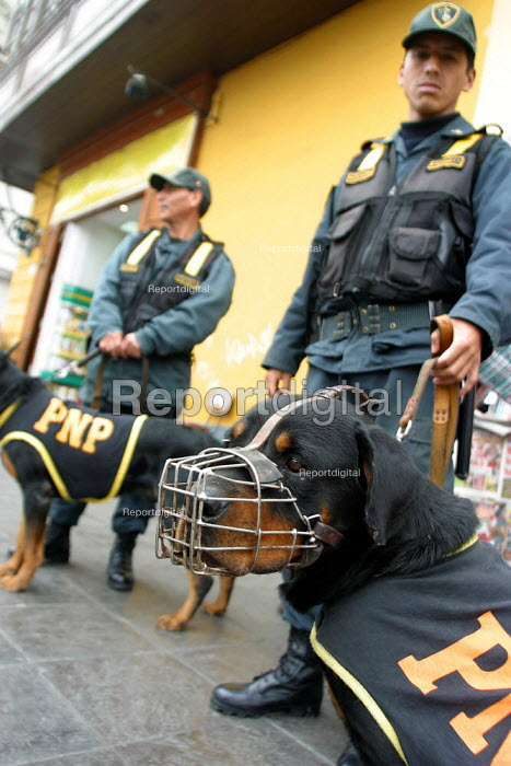 Policemen stand guard with their dogs in the Rimac, in the city's center, Lima, Peru, September 2004. - Boris Heger - 2004-08-29