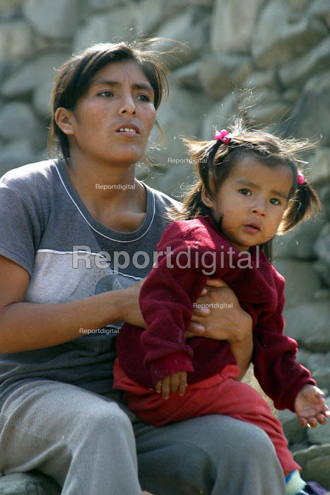 Mother and child in a slum, Lima, Peru, September 2004. - Boris Heger - 2004-08-29