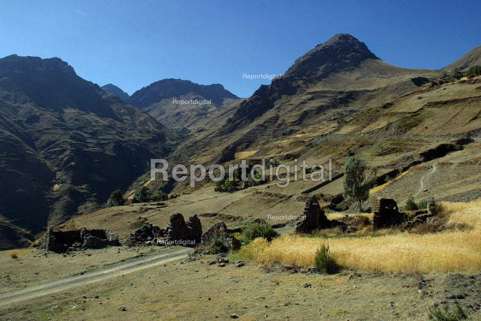 General view of the ancient village which was totally destroyed by the army about 20 years ago, as they accused local villagers to support the Sendero Luminoso Shining Path guillea group, Marccaraccay, in the region of Ayacucho, Peru. - Boris Heger - 2004-08-29