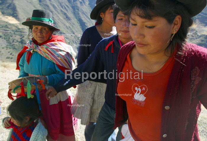 Women of the village Marccaraccay, in the region of Ayacucho, Peru, September 2004. - Boris Heger - 2004-08-29