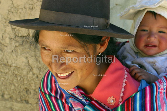 Mother and baby, Marccaraccay, in the region of Ayacucho, Peru, September 2004. - Boris Heger - 2004-08-29