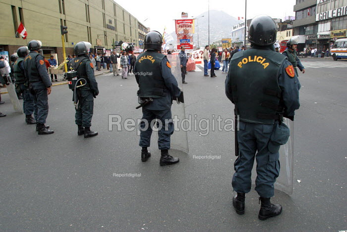 Anti riot policemen during a protest, Lima, Peru, September 2004. - Boris Heger - 2004-08-29