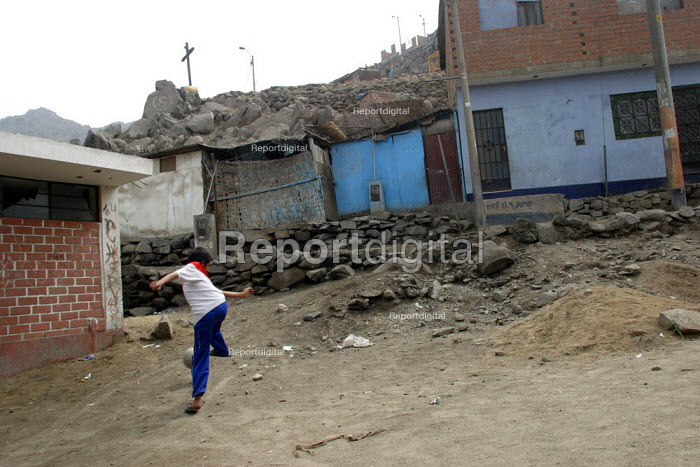 Boy playing football alone in a slum. Lima, Peru, September 2004. - Boris Heger - 2004-08-29