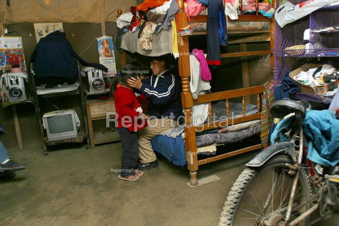 Mother and boy in a slum. Lima, Peru, September 2004. - Boris Heger - 2004-08-29