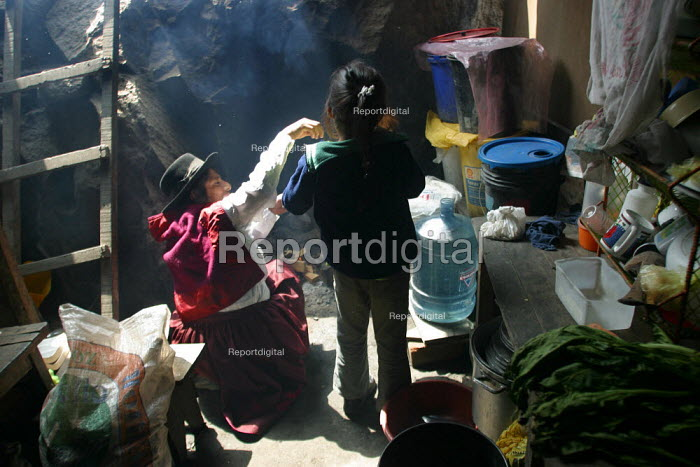 Mother and child at home, displaced from the region of Ayacucho by the guerilla group Sendero Luminoso, Shining Path, Lima, Peru, September 2004. - Boris Heger - 2004-08-29