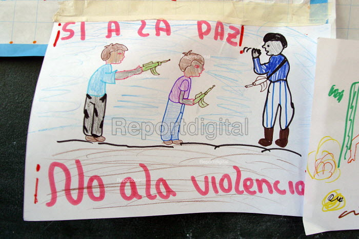 Anti war poster made by schoolchildren, Alberto Fujimori's girl college, Lima, Peru, September 2004. The college is part of a program to make children aware of their rights. - Boris Heger - 2004-08-29