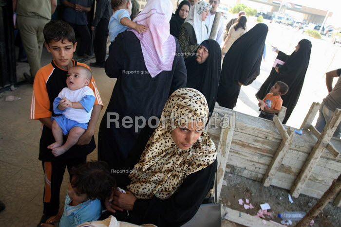Arriving Iraqi refugees in an official building wait to proceed with formality checks on the Syrian side of the border. Al Tanf Iraq-Syria border. - Morris Bernard - 2007-08-24