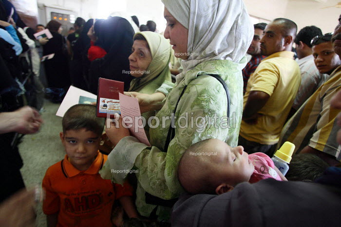 Arriving Iraqi refugees holding their passport queue to proceed with formality checks on the Syrian side of the border. Al Tanf Iraq-Syria border. - Morris Bernard - 2007-08-24