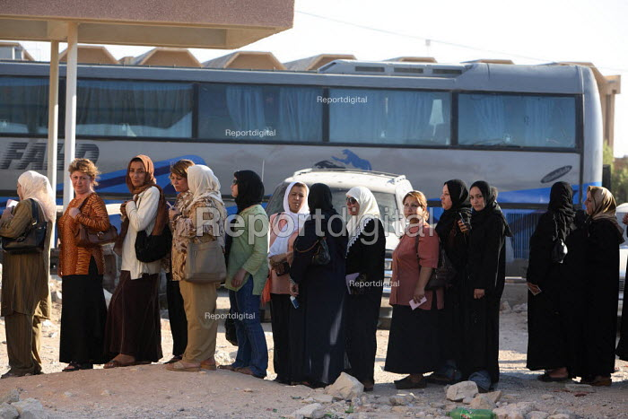 Arriving Iraqi refugee women queue outside of an official building in order to proceed with formality checks on the Syrian side of the border. Al Tanf Iraq-Syria border. - Morris Bernard - 2007-08-24