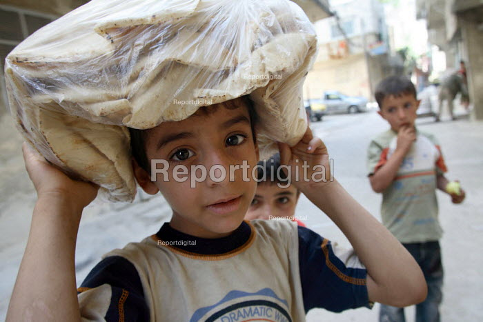 Iraqi refugee children sell bread in the street. There is an estimated 1.4 million Iraqis who sought refuge in Syria due to the ongoing violence in their country. Jaramanah area, Damas, Syria. - Morris Bernard - 2007-08-25