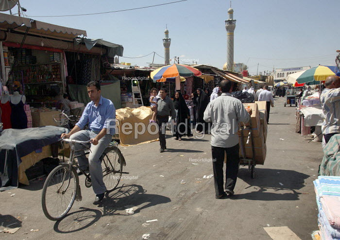 Street view with a mosque in background in this area densely populated with Iraqi refugees. There is an estimated 1.4 million Iraqis who sought refuge in Syria due to the ongoing violence in their country. Saida Zeinab, Damas, Syria. - Morris Bernard - 2007-08-26