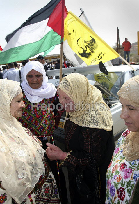 Relatives of Fifty-seven Palestinian prisoners, who have been released from an Israeli jail, discussing issues as they wait for them to arrive. They have been released as a Ramadan gesture of goodwill to president Mahmud Abbas. Ramallah, The West Bank. - Morris Bernard - 2007-10-01