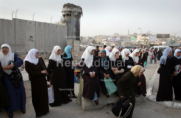 Palestinian Muslim worshippers wait at an Israeli army checkpoint by the barrier that separates the West Bank and Jerusalem. They are trying to reach Jerusalems Al Aqsa Mosque, which is between the West Bank city of Ramallah and Jerusalem, for Lilat al-Qader. According to Muslim tradition The Koran was revealed to the Prophet Mohammed during the night of Lilat al-Qader. - Morris Bernard - 2007-10-08