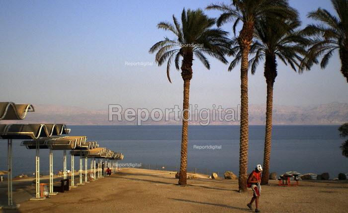 A path leading to a beach of the Dead Sea, near the coastal resort of Ein Gedi, Israel, October 2007. - Boris Heger - 2007-10-16