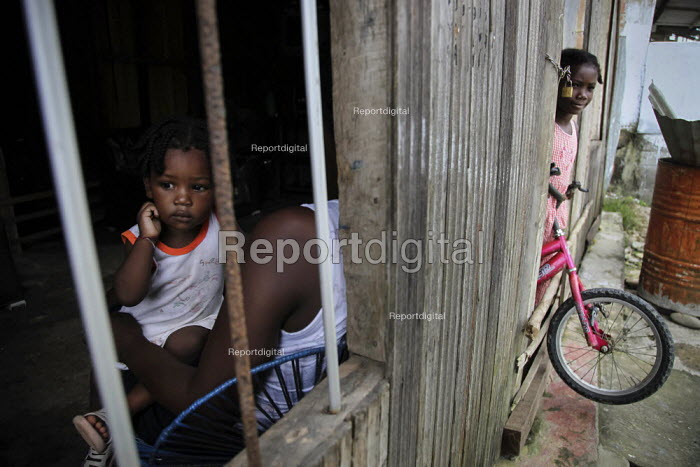 Internally displaced children playing in their poor neighbourhood. Coastal communities who live along the Pacific coast near the city of Buenaventura are in threat of further displacement due to conflict. Buenaventura, Colombia. - Boris Heger - 2010-07-03