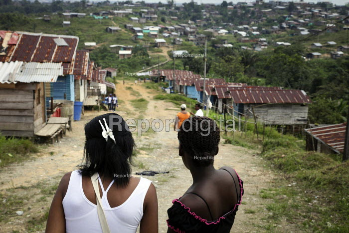 Communities who live near the city of Buenaventura are in threat of further displacement due to conflict. Buenaventura, Colombia. - Boris Heger - 2010-07-03
