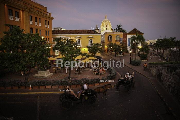 Tourists enjoying a horse drawn carriage tour, Cartagena, Colombia. - Boris Heger - 2011-02-20